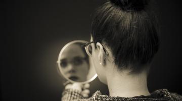 Spiegel Frau mit Spiegel in Sepia 123RF