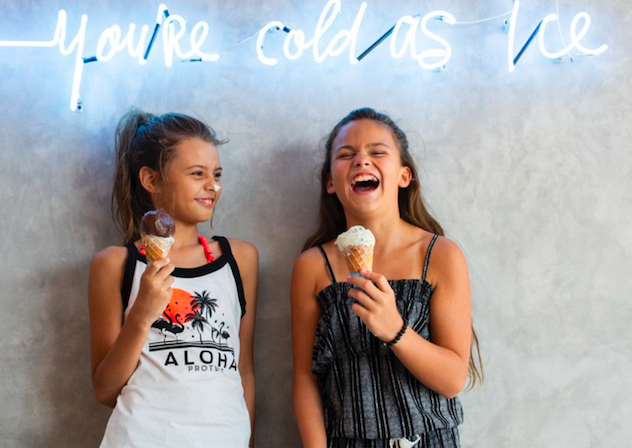 Kinder Bademode forK lachende girls mit ice cream worldofwellness