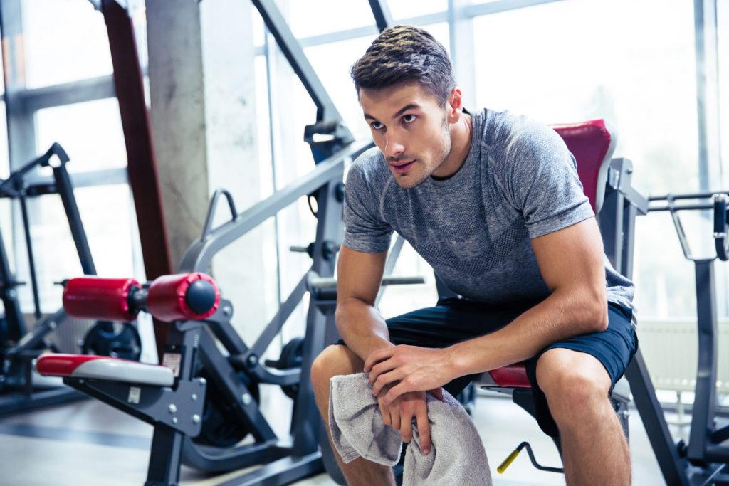 Fitness im Sommer Fitnessstudio Personal Mann 123RF worldofwellness