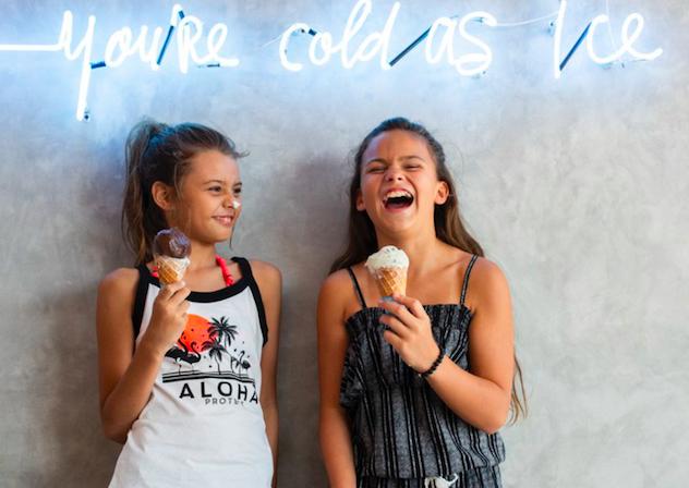 Kinder Bademode forK lachende girls mit ice cream worldofwellness