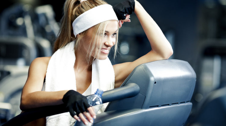 Fitness im Sommer Fitnessstudio Training athletische Frau 123RF worldofwellness