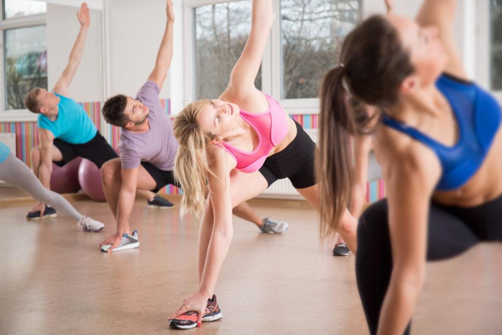 Fitness im Sommer Fitnessstudio Training Dehnen 123RF worldofwellness