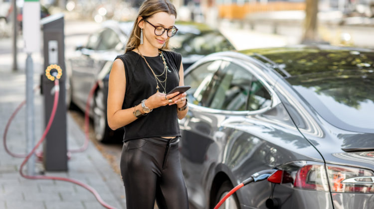 E-Autos Fragen E-Mobilität Frau lädt Elektroauto 123 RF worldofwellness