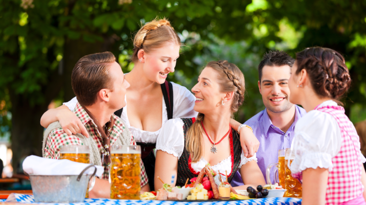 Oktoberfest Gruppe Styling Tipps Look Make up Frisur 123RF trendsandstyle